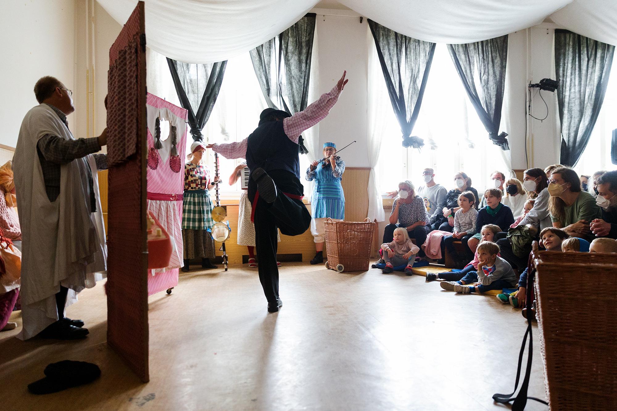 Divadlo UJETO: O třech sestrách ze Všechmastí