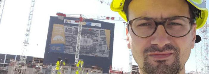 Ondřej Cihlář při vedení komentované prohlídky na téma Nové trendy v betonování na stavbě plazmového reaktoru tokamak v Cadarache ve Francii.