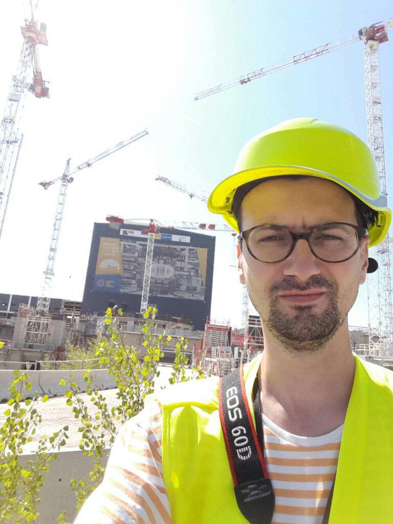 ›Ondřej Cihlář při vedení komentované prohlídky na téma Nové trendy v betonování na stavbě plazmového reaktoru tokamak v Cadarache ve Francii.